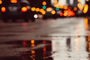 aquaplaning strada pioggia asfalto